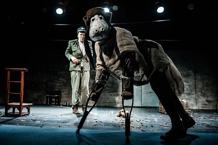 """Scena iš Jaunimo teatro spektaklio """"Šveikas""""."""