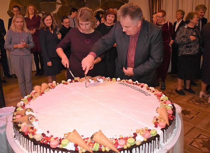 Šventinį tortą raikyti padeda Širvintų rajono tarybos narys Romas Zibalas.