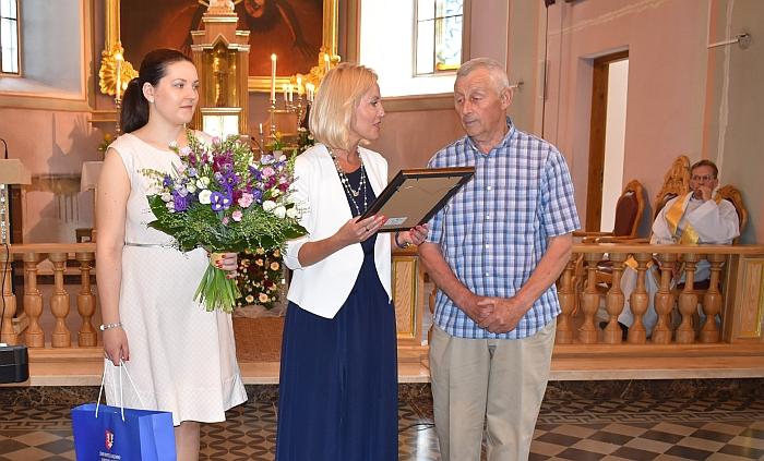 Merė Živilė Pinskuvienė įteikia padėką Jonui Matuliui.