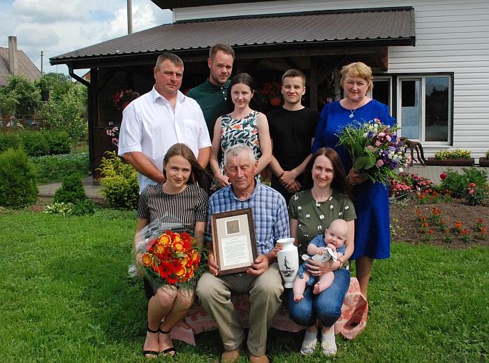 Jonas Matulis (sėdi viduryje) tarp vaikų ir anūkų.
