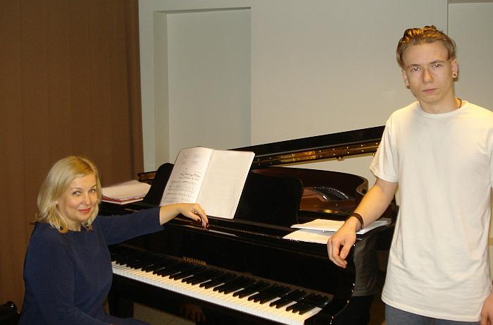 Mokinys Tadas Imbrasas ir vokalo mokytoja Julija Jadzevičienė dainavimo pamokoje.