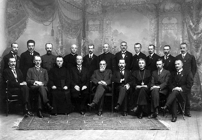 1918 metų vasario 16 dienos Lietuvos nepriklausomybės akto signatarai. Antroje eilėje per vidurį - Vilniaus konferencijos dalyvis Alfonsas Petrulis.