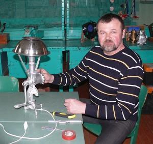 Baigiamieji stalinės lempos kūrimo darbai. Technologijų mokytojas Kęstutis Stankevičius tvirtina gaubtą.