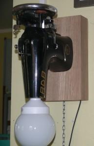 Kęstučio Stankevičiaus rankose siuvimo mašina persikūnijo į sieninį šviestuvą.