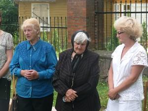 Buvusios tremtinės Marcelės Tamašauskienės (viduryje) veide - liūdesys...