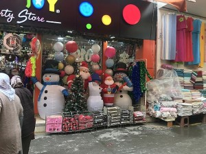 Parduotuvė, kurios asortimentas priklauso artėjančių švenčių. Ją atsitiktinai radau vaikštant turguje.