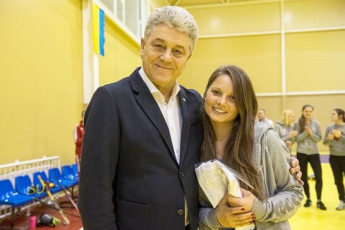 Lietuvos žolės riedulio prezidentas Leonardas Čaikauskas įteikė Ugnei geriausios žaidėjos prizą.