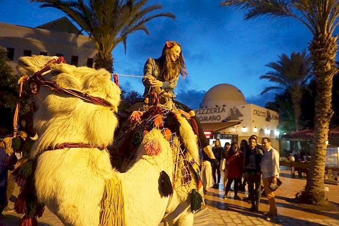 Mergina Tunise pirmą kartą jodinėjo kupranugariu.