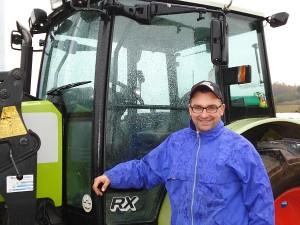Įsigijęs našios technikos, Limonių kaimo ūkininkas Ramūnas Kisielius pašarus žiemai paruošia ir greičiau, ir pigiau.
