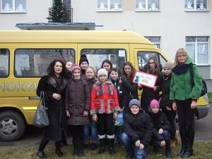 """""""Atžalyno"""" progimnazijos mokiniai ir jų vadovės Renata Gasparavičienė (pirma iš kairės) bei Ligita Pažusytė Ukmergės vaikų globos namuose."""