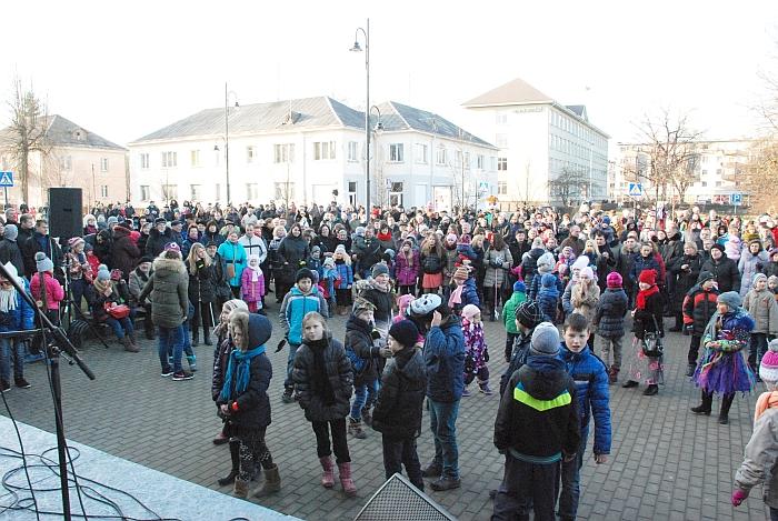 Švęsti Užgavėnių susirinko didžiulė minia žmonių.