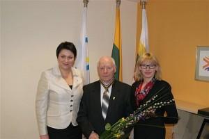 Apdovanojimą širvintiškiui pedagogui įteikė Lietuvos tautinio olimpinio komiteto prezidentė Daina Gudzinevičiūtė.