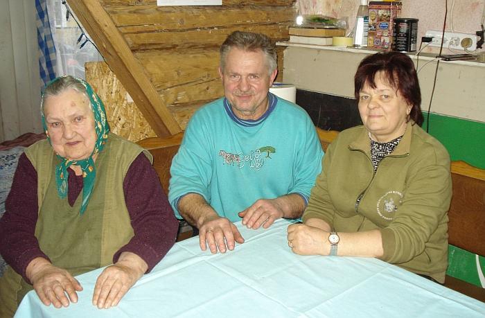 Lionginas Vaitkevičius su žmona Danguole (dešinėje) ir mama Janina (kairėje) po gaisro atstatomame name.