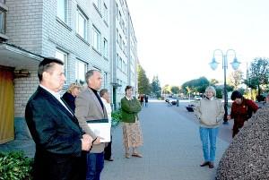Petras Opanovičius ir Vitas Vaitkūnas sakė, kad, pasirinkus namo atnaujinimo priemonių variantą, bus galima pasirašyti rangos darbų sutartį.