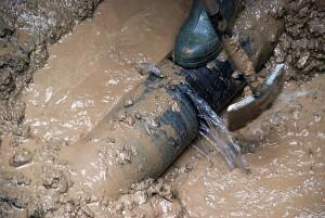 Trūko maždaug 3 metrų gylyje nutiestas 200 mm skersmens ketaus vamzdis.