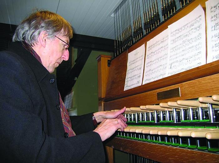 Maestro profesorius Giedrius Kuprevičius groja kariljonu.
