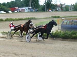 Respublikinės žirgų lenktynės Utenoje. Pirmauja Žydrūnas Vasilionka  su žirgu Grūtu (Širvintų žirgynas). Antras - Algis Vilkinis.