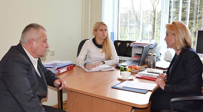 """Merė Živilė Pinskuvienė (dešinėje) ir Administracijos direktorė Ingrida Baltušytė-Četrauskienė gyventojų pateiktus klausimus aptaria su UAB """"Širvintų vandenys"""" direktoriumi Kęstučiu Vaškevičiumi."""
