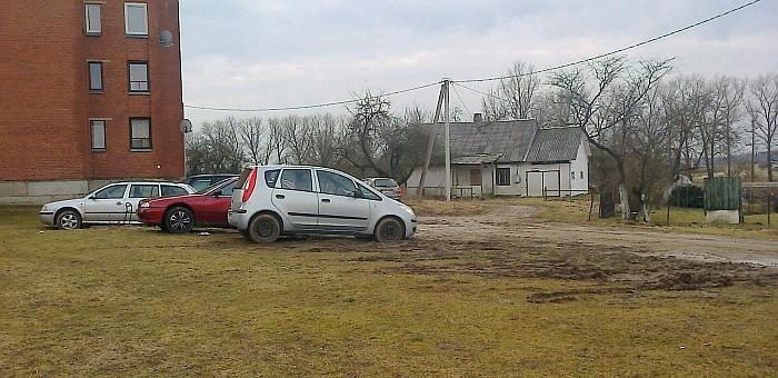 Pagal teismų praktiką, ko gero, ši vieta prie Jaunimo g. 23-iojo namo būtų įvertinta ne kaip veja, nes žolė neatskirta nuo kelio dangos, nėra kelio ženklų, draudžiančių minėtoje vietoje statyti automobilius.