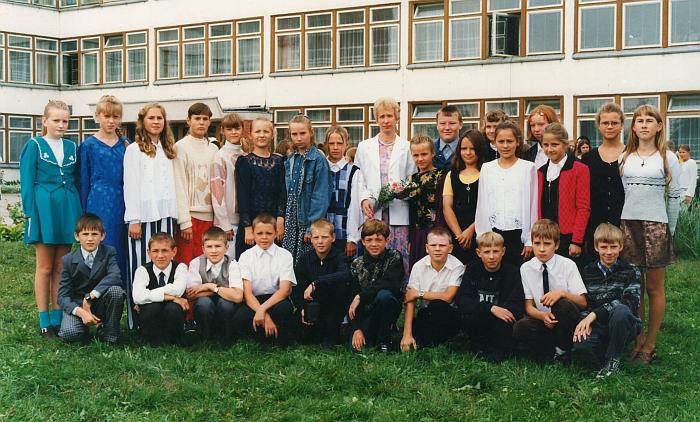 Mokytoja Vida Stakauskaitė su auklėtiniais. 1999 m.
