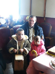 Kernavės girininkas Rimas Kazlauskas vaikų dienos centro vaikams atvežė dovanų - namelių zylutėms. Vienas iš jų anūko Nojaus rankose.