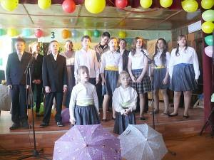 """Apie """"lašelį, kuris barbena į stogą"""", dainuoja Vileikiškių vaikų vokalinis ansamblis."""