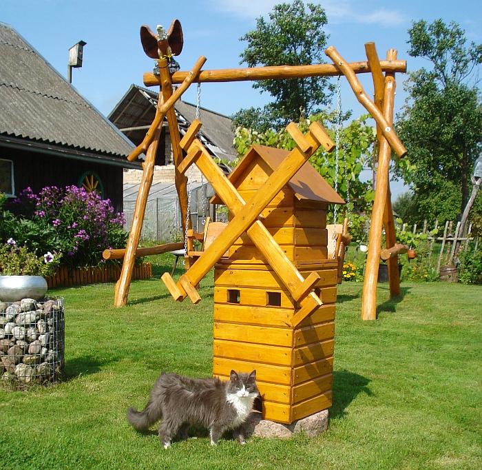 Ligito Paciūno sumeistrautas medinis malūnas yra gražus sodybos akcentas ir puiki katino Simorano slėptuvė.