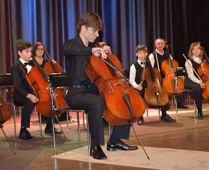 Lukas Cikanavičius, kuris, pasak jo mokytojo V. Povilaičio, augdamas Širvintose, sugebėjo pasinaudoti visomis galimybėmis ir siekia tapti profesionaliu muzikantu.