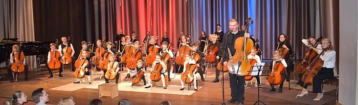 Įspūdingą ir jautrią popietę dovanojo Širvintų meno mokyklos violončelininkai (mokytojas - Valdas Povilaitis)