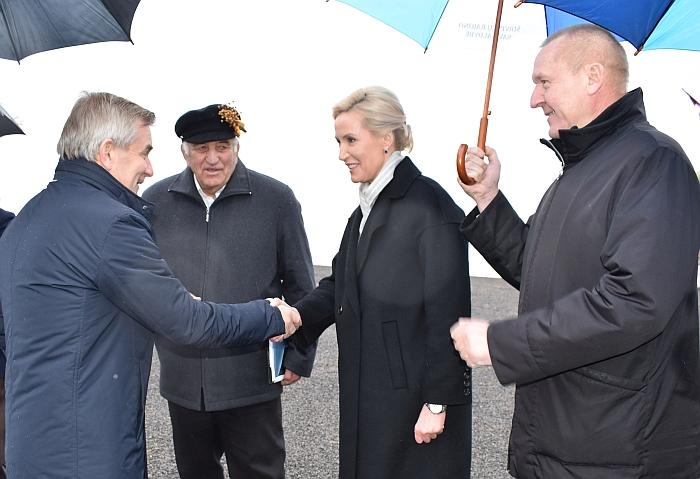 Seimo pirmininką Viktorą Pranckietį atvykus į Širvintų rajoną sveikina merė Živilė Pinskuvienė. Antras iš kairės - 2017 Metų ūkininkas Liubomiras Vošteris, dešinėje - Seimo narys Petras Čimbaras.