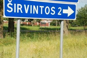 """Kelio ženklai irgi """"grybauja"""": viename rašoma, kad iki miesto liko du kilometrai, kitame, esančiame vos už kelių dešimčių metrų, išdidžiai rašoma """"Širvintos""""."""