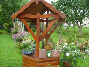 Irenos ir Algio Prašmontų (Beivydžių kaimas) sodybą pagyvina mažosios architektūros elementai.