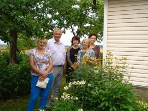 Veronika Masiukienė (antra iš dešinės) sielojosi, kad šiųmetė sausra pakenkė gėlynams.