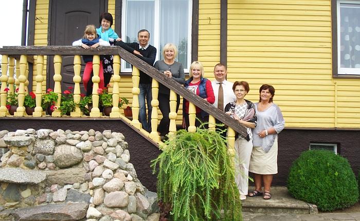 Jankauskų (Anciūnų kaimas) sodyboje malonu grožėtis priešais namą atsiveriančiu nuostabiu vaizdu (trečias ir ketvirta iš kairės - sodybos šeimininkai Rimantas ir Virginija Jankauskai).