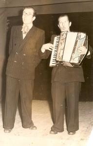 Mokytojas Viktoras Kiškis (dešinėje) mokykloje yra surengęs daugybę koncertų.