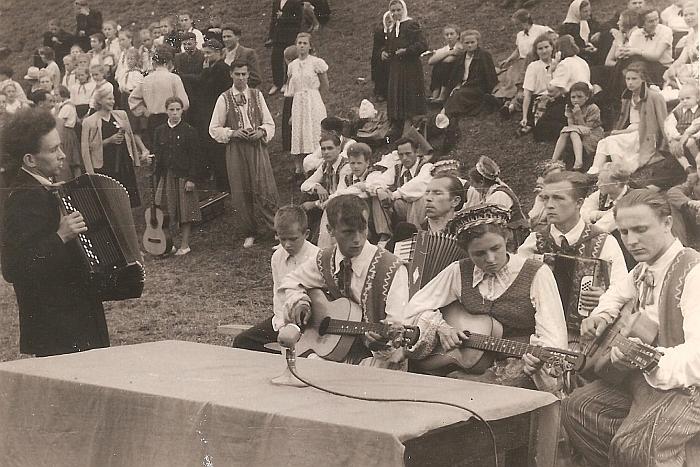 Zibalų saviveiklininkai Dainų festivalyje praėjusio amžiaus šeštajame dešimtmetyje.
