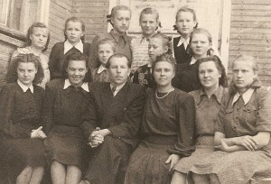 Pirmieji Zibalų mokyklos mokytojai: (iš kairės į dešinę) B. Balkutė, G. Petkevičiūtė, V. Kiškis, P. Kiškienė, V. Auglytė, V. Paulavičiūtė. Stovi mokyklą 1957 metais baigusios mokinės: S. Četrauskaitė, J. Didžiokaitė, L. Garbatavičiūtė, G. Kalesnykaitė.