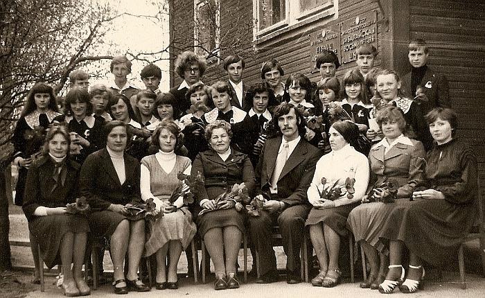 Zibalų mokyklos 1980 metų aštuntokų laida. Pirmoje eilėje sėdi mokytojai (iš kairės į dešinę) Monika Bilotienė, Birutė Bastienė, direktorės pavaduotoja Aldona Vilūnienė, direktorė Valerija Grigaliūnienė, VIII klasės auklėtojas Bronius Lubys, mokytojos Aldona Martinonytė, Genė Časaitė, Vytautė Kvainickienė.