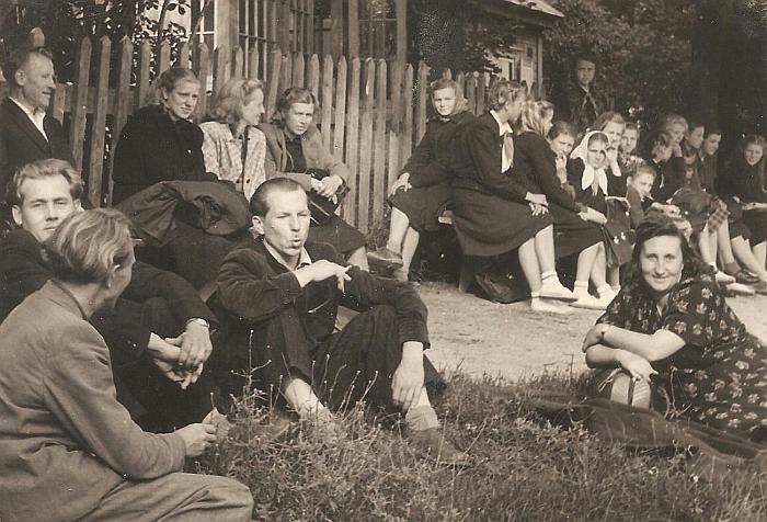 Žiūrovai (centre - mokytojas Viktoras Kiškis).