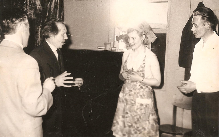 """Spektaklį """"Nuostabus bičiulis"""" Zibalų mokyklos mokytojai rodė ne tik Zibalų, bet ir aplinkinių kaimų gyventojams. 1963 m."""