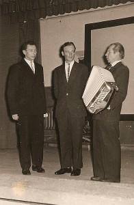 Mokytojai (iš kairės į dešinę) Pranas Zabulis, Algis Katinas ir Viktoras Kiškis koncertuoja Zibalų krašto žmonėms.