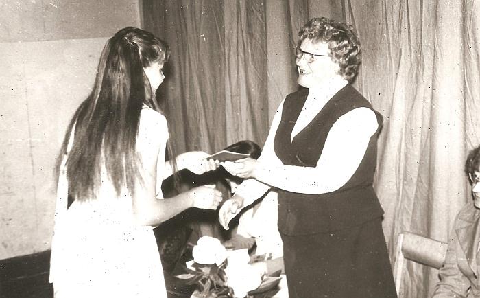 Zibalų aštuonmetės mokyklos direktorė Valerija Grigaliūnienė įteikia aštuonmečio mokslo baigimo pažymėjimą V. Jankauskaitei.