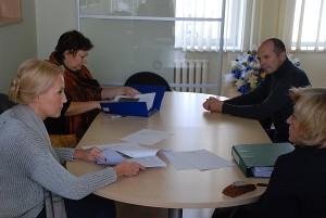 """Į Kontrolės komiteto posėdį dėl Savivaldybės sutarties su """"Ecoservice"""" pratęsimo, be Komiteto pirmininkės Živilės Pinskuvienės (pirmoji iš kairės), atėjo tik du šio Komiteto nariai - Daiva Sakalauskienė ir Alfredas Astikas bei Savivaldybės kontrolierė Audronė Adomavičienė."""