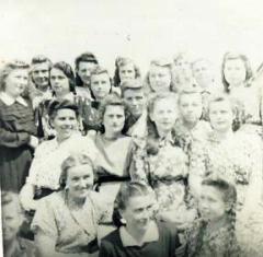 Antosė Didžiokienė (sėdi pirmoje eilėje antra iš kairės) Čimbainūros lageryje 1953 metais. Nuotrauką padarė viena gera prižiūrėtoja.