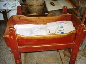 Parapijos namų muziejuje saugomi iš Zofijos Ražauskaitės tėvų namų atvežti senoviniai daiktai.
