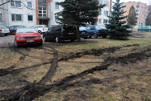Prie Upelio gatvės 4-ojo namo statomi automobiliai išmaurojo palei kaimyninio namo balkonus esančią žaliąją veją.