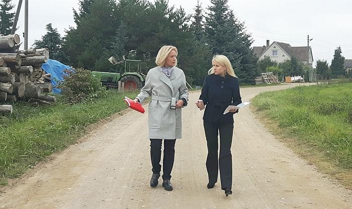 Širvintų rajono merė Živilė Pinskuvienė ir Administracijos direktorė Ingrida Baltušytė-Četrauskienė tariasi dėl darbų eigos...