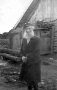 Gelvonų gyventojas David Peretz Adiman, Joisef Moishe sūnus. 1925 metų spalio 11 dieną šis gelvoniškis ir jo antroji žmona Marija buvo nužudyti per apiplėšimą, mat penki vietos gyventojai manė, kad juos aplankęs Amerikoje gyvenęs anūkas Michl David Levine, Shloimeh Levine sūnus, paliko pinigų ir vertybių. Trys sučiupti banditai buvo nuteisti myriop, dviems skirtas kalėjimas iki gyvos galvos.