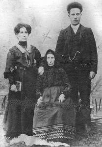 Nechama, Moiseh-Joisef ir senelė Ettleheh. Gelvonai, 1895 metai. Moiseh-Joisef iš Gelvonų į JAV emigravo 1909 metais.