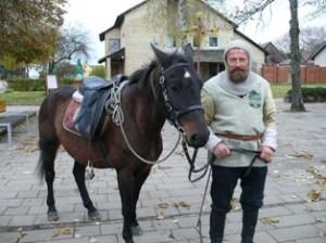 Žygio dalyvis prie Juodosios jūros kernaviškis Česlovas Marcinauskas su savo kumele Žyga.
